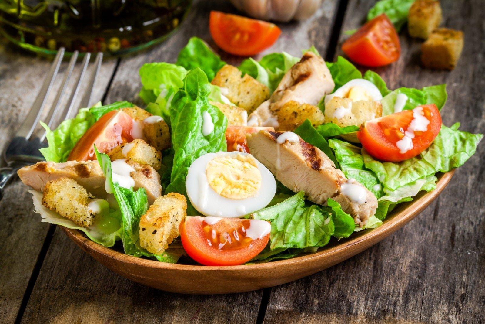 """Салат """"Цезарь"""" – домашний рецепт с фото и  видео: классический вариант любимого блюда"""