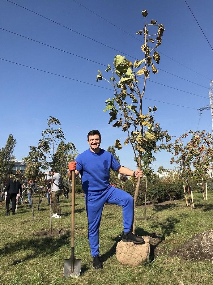 тищенко посадил дерево