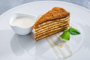 торт медовик бисквитный