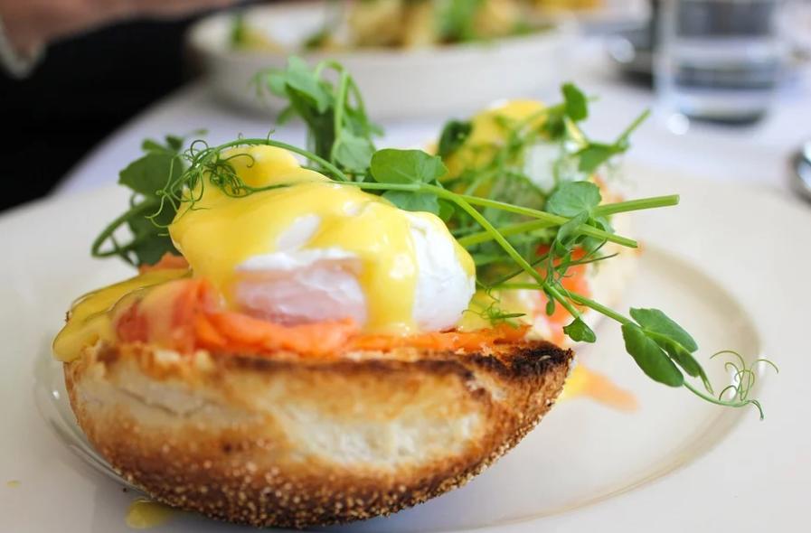 "Яйца ""Бенедикт"": рецепт на завтрак"
