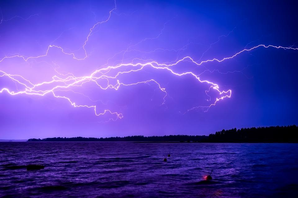 Как защитить себя от молнии, если рядом нет укрытия: советы ДСНС