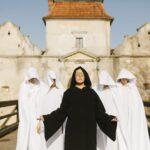 LEBEDI: певица ALYOSHA выпустила новый клип в духе Средневековья